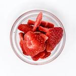 Aufsicht - Lio Bites - getrocknete Bio Erdbeeren in Glasschale auf weißem Hintergrund thumbnail