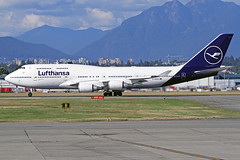 "Lufthansa Boeing 747-430 D-ABVM ""Kiel"" YVR 03-09-18 (Axel J. ✈ Aviation Photography) Tags: lufthansa boeing 747 dabvm kiel yvr vancouverinternationalairport luftfahrt fluggesellschaft flughafen flugplatz aircraft aeroplane aviation airline airport airfield 飞机 vliegtuig 飛機 飛行機 비행기 авиация самолет תְעוּפָה hàngkhông avion luchtvaart luchthaven avião aeropuerto aviación aviação aviones jet linienflugzeug vorfeld apron taxiway rollweg runway startbahn landebahn outdoor planespotter planespotting spotter spotting fracht freight cargo"