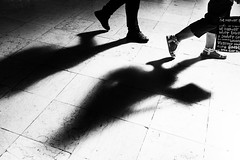 Going out (Francisco (PortoPortugal)) Tags: 2122018 20180726fpbo8641 bw nb pb monochrome monocromático light luz sombras shadows people pessoas interiores indoors franciscooliveira