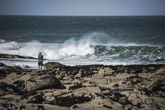 L'Île-Grande... (De l'autre côté du mirOir...) Tags: lîlegrande ciel mer eau littoral rocher vagues personnes bretagne breizh brittany bzh fr france french nikon nikkor d810 nikond810 7002000mmf28