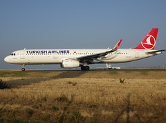 "TC-JTJ, Airbus A321-231(SL), c/n 7139, Turkish Airlines, ""Küçükçekmece"", CDG/LFPG 2018-10-19, taxiway Alpha-Mike, outbound to IST. (alaindurandpatrick) Tags: tcjtj cn7139 a321 a321200 airbus airbusa321 airbusa321200 jetliners airliners tk thy türkhavayollari turkish turkishairlines airlines cdg lfpg parisroissycdg airports aviationphotography"