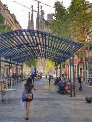 Punt de fuga ...  -  Vanishing Point (Miquel Lleixà Mora [NotPRO]) Tags: streetlife streetphoto street barcelona sagradafamilia gent people citylife city