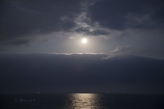 Entre el cielo y el mar... estás tú (<María>) Tags: cielo sky nubes noche luna moon mar océano agua resplandor alicante españa