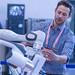 Mann demonstriert die Funktionen eines Roboters