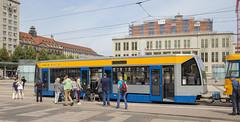 Niederflur-Beiwagen (Tim Boric) Tags: leipzig augustusplatz tram tramway streetcar strasenbahn niederflur beiwagen lagevloer bijwagen lowfloor trailer bombardier lvb nb4 reizigers passengers rolstoel wheelchair