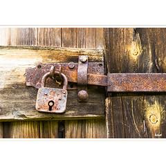 lock - no key (horstmall) Tags: schloss lock padlock rust rost decay weathered verwittert verrostet riegel holz wood bois schuppen hut barn grange schwäbischealb jurasuabe swabianalps donnstetten westerheim horstmall