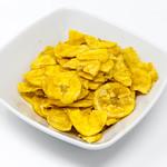Bananenchips in einer weißen Schale auf weißem Hintergrund thumbnail