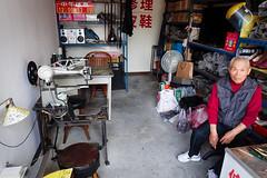 Portrait outillé (8pl) Tags: boutique magasin échoppe atelier outil portrait hualien taïwan pièce intérieur vintage stéréo hifi lampe ventilateur casque étagère tabouret sacs table chaise horaires