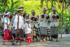 Slavnostní průvod (zcesty) Tags: dosvěta bali indonésie tirtaempul chrám domorodci indonesie2 ostrov tampaksiring indonesia id