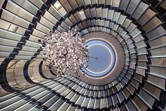 Der Blick nach oben. (petra.foto busy busy busy) Tags: treppenhaus blicknachoben stairs wellenförmig architektur hamburg hotel germany fontenay fotopetra canon 5dmarkiii kronleuchter