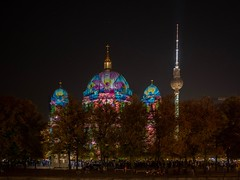 Berliner Dom mit Fernsehturm beim Festival of Lights in Berlin (Ina Hain) Tags: city nacht projektion illumination 2018 festivaloflightsberlin festivaloflights berlin fernsehturm berlinerdom