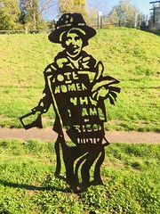 Suffragette. (Bennydorm) Tags: protest captive prisoner feminine women female campaign votesforwomen inghilterra inglaterra angleterre europe uk gb britain england london iphone6s iphone octobre october park mileend suffragette sculpture