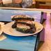 Fisch-Burger mit Lachs und Tintenfisch in dunklen Buns