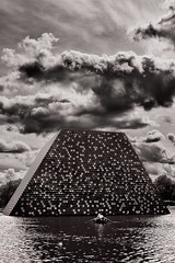 The London Mastaba (pni) Tags: monochrome reflection christo art mastaba sculpture sky cloud lake water theserpentine homunculi human people person being man woman hydepark uk18 london uk england unitedkingdom pekkanikrus skrubu pni tree rowingboat