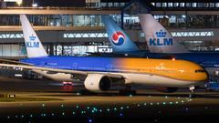 PH-BVA KLM Royal Dutch Airlines Boeing 777-306(ER) (Stefan Blok) Tags: wings airways royalairline airline airport kl thenetherlands holland schipholairport boeingb777300er klm b77w ams eham p3 phbva aviation avgeek avia aviaporn avporn av heavy amsterdamairportschiphol schiphol parking pushback f08 klmroyaldutchairlines boeing orangepride nightshot