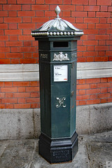 Royal Mail letter box (Can Pac Swire) Tags: windsor train rail railway station windsoretoncentral royal mail mailbox post pox letter box english england britain great british uk unitedkingdom 2016aimg2472