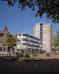 Tilburg - Hertog Janfontein (Grotevriendelijkereus) Tags: tilburg noord brabant netherlands holland nederland city town architecture architectuur building gebouw square plein fountain fontein highrise torenflat