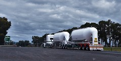 photo by secret squirrel (secret squirrel6) Tags: secretsquirrel6truckphotos craigjohnsontruckphoto australiantrucks bigrigs worldtrucks truckphotos tankers bdouble road roadsign highway 2017 princeshighway primemover longvehicle