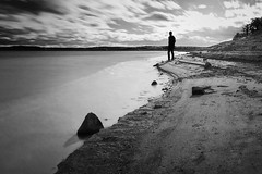 Strand (FODA_82) Tags: strand wasser sand mann himmel wolken herbst stürmisch sw water sky bw outside nature alone nikon d750 tamron hobbyfotograf roth rothsee bayern