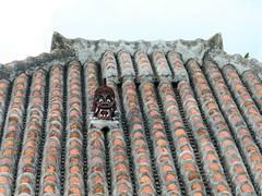 P1001247 (Sammy!) Tags: 竹富島 taketomi shisa シーサー お守り 悪霊 伝説 怪像 屋根の上 厄除け 伝統 文化 沖縄 okinawa 琉球 ryukyu 琉球赤瓦 赤瓦
