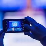 Mann macht ein Foto mit Smartphone bei der Rede von Tarana Burke auf dem Bits & Pretzels Festival in München thumbnail