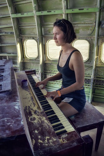 Listening to the sound of a piano in a 747