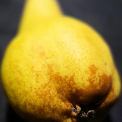 Birne  [ˈbɪʁnə] (andtor) Tags: macromondays hmm rx100 foodwithb birne pear gelb yellow german deutsch bfood herbst autumn