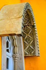 (Liane FKL) Tags: sintra portugal palais palacio pena architecture colors couleurs jaune yellow fenêtre window arche arch sculpté auvent façade fasad
