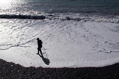 Il vecchio con gli stivali (meghimeg) Tags: 2018 lavagna uomo man mare sea acqua water onda wave ombra shadow sole sun bianco white stivali boots