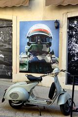 Casque-et-Vespa (RS...) Tags: arles rue street photo vespa mur nikon1 v2