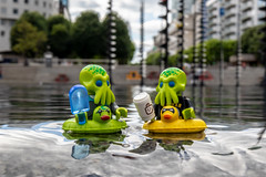 Enjoying the water (Ballou34) Tags: 2018 7dmark2 7dmarkii 7d2 7dii afol ballou34 canon canon7dmarkii canon7dii eos eos7dmarkii eos7d2 eos7dii flickr lego legographer legography minifigures photography stuckinplastic toy toyphotography toys puteaux îledefrance france fr stuck in plastic water space fountain alien ice cream coffee art