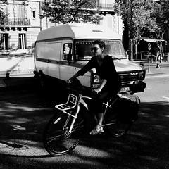 Le petit sourire en coin... (woltarise) Tags: streetwise bicyclette femme sourire voiture daf van marseille france parking iphone7