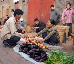 Aubergines and Pomegranates (Wolfgang Bazer) Tags: aubergines eggplants pomegranates auberginen melanzani granatäpfel heijing yunnan china market scene marktszene markt