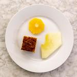 Aufsicht - Karottenkuchen auf weißem Teller mit einer Scheibe Orange und Honigmelone thumbnail