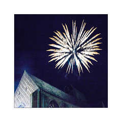 Tout ça n'éclaire ni loin ni longtemps. (Scubaba) Tags: europe france couleurs colors nuit night église church feudartifice fireworks carré square minimalisme minimal minimalism