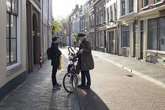 Een kort onderhoud (Tim Boric) Tags: utrecht haverstraat straat street gesprek talk candid