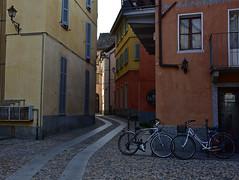 Uno scorcio di Domodossola. (frank28883) Tags: domodossola verbanocusioossola ossola scorcio biciclette acciottolato cobbledstreet narrowcobbledstreet lampione