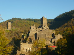 Manderscheider Burgen (Jörg Paul Kaspari) Tags: dieliesertaltour wanderung herbst autumn fall eifel vulkaneifel manderscheiderburgen manderscheid liesertal niederburg burg burgruine ruine ruin