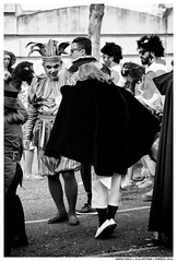 .. (Matías Brëa) Tags: carnaval carnival calle street personas people blancoynegro blackandwhite bw byn bnw documentalismo documentary mono