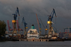 """Amadea"" im Trockendock bei Blohm & Voss (hu.roescheisen) Tags: elbe amadea dock kreuzfahrtschiff blohmvoss norderelbe hamburg werft landungsbrücken trockendock"