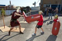 alsIn de zon leren kinderen vechten als een echte Romein (Rotterdamsebaan) Tags: rotterdamsebaan denhaag trefpunt archeologie binckhorstlaan helm speer schild romeinen