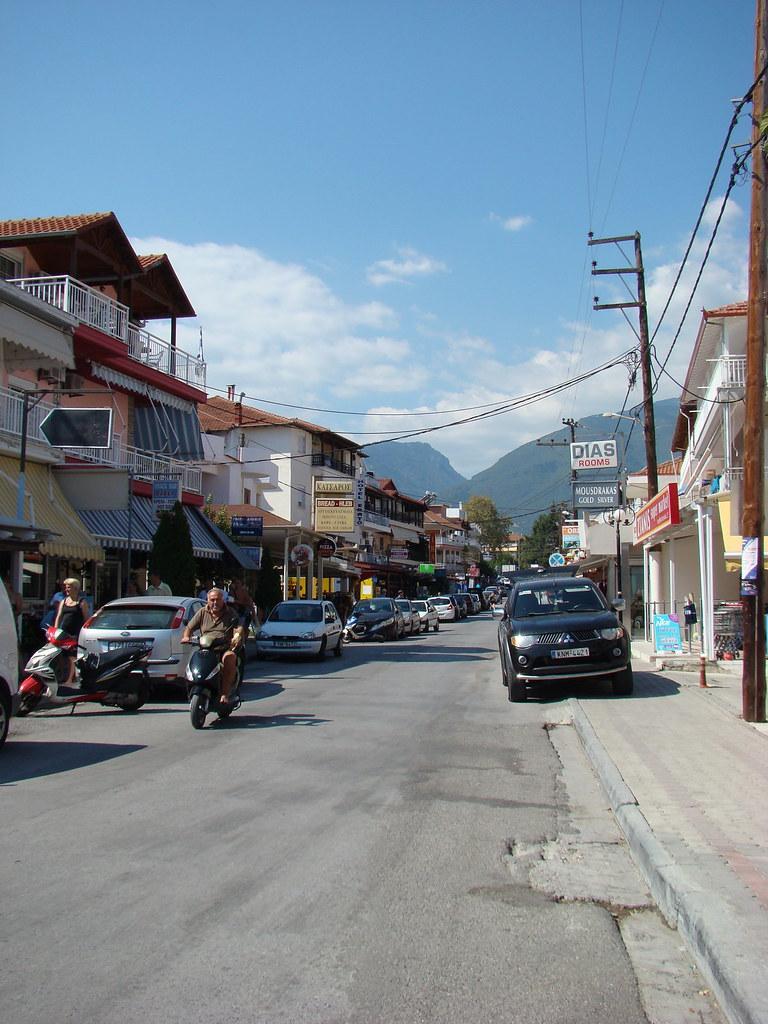 фото: Улица с отелями в Leptokarye