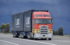LINX (quarterdeck888) Tags: trucks truckies transport australianroadtransport roadtransport lorry primemover bigrig overtheroad class8 heavyvehicle highway road truckphotos nikon d7100 movingtrucks jerilderietrucks jerilderietruckphotos quarterdeck frosty expressfreight generalfreight logistics overnightfreight highwayphotos semitrailer semis semi flickr flickrphotos bdouble darkandstormy darkclouds k200 kenworth tautliner