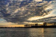 Monheim Rhein - Abendwolken (KL57Foto) Tags: 2018 fluss germany gewässer herbst jahreszeitenundwetter kl57foto landschaften monheimmonheim am rhein nrw natur nordrheinwestfalen omdem1 oktober olympus rhine river strom autumn abendstimmung sonnenuntergang