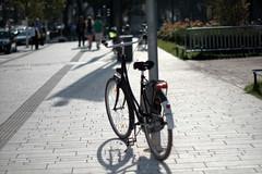 autumn light 4@Kö, Düsseldorf, Germany (Amselchen) Tags: bike bicycle street kö düsseldorf season autumn fall light shadow bokeh blur dof depthoffield fujifilm xt2 fujifilmxt2 nikon nikkor ainikkor55mmf12