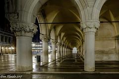 Venezia, il porticato di Palazzo Ducale (Gian Floridia) Tags: dogespalace piazzasmarco venezia venice bynight longexposure notturna palazzoducale porticato