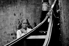 Inde Kerala - Femme de pêcheur (regis.grosclaude) Tags: inde  india indi kerala cochin kochin blackandwhite black withe noiretblanc noir blanc bnw bw bwemotion boats boat bateau croix portrait retrato wall water port peche fish woman femme regard