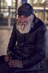 (Sven Evertz) Tags: obdachlos altermann homeless köln wallraffplatz bart kappe cap rauchen zigarette streetfotografie sonya7iii sonyfe5518 svenevertzcom