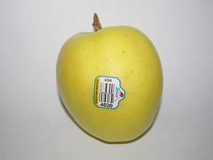 Stemilt Growers Golden Delicious Apple (Pest15) Tags: appleday goldendeliciousapple apple label fruit stemiltgrowersgoldendeliciousapple ladybug