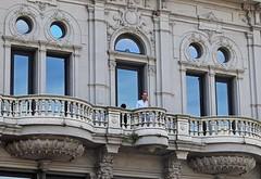 El hombre en el balcon (carlos_ar2000) Tags: edificio building balcon balcony hombre man arquitectura architecture calle street montevideo uruguay